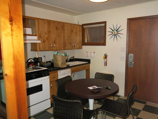 Village Inn At Apgar: Kitchen of room 60 - small, but does the job.
