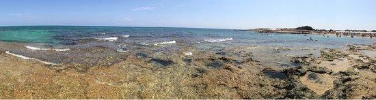 Specchiolla, Italie : l'acqua turchese e sullo sfondoni ombrelloni bianchi del lido