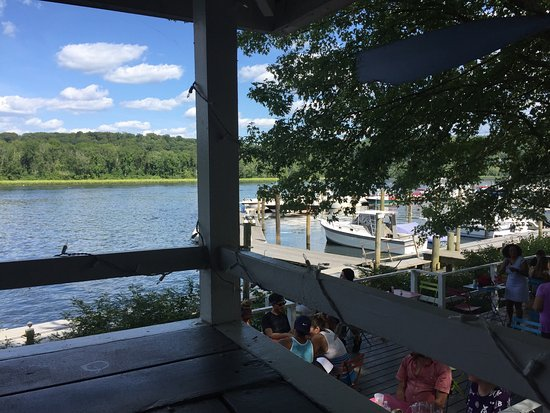 Haddam, CT: Found this funky off the river place with a great view!! BYOB
