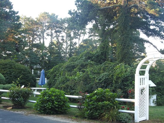 Sandy Neck Motel: Entrance to the spacious lawn of the motel.