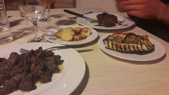 Cannara, Italie : Cinghiale in salmi con filetto all aceto balsamico e contorni