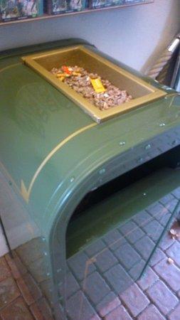 Dolancourt, Γαλλία: 灰皿付きのゴミ捨て。ポイ捨てが多くて園内禁煙にしてほしいです。