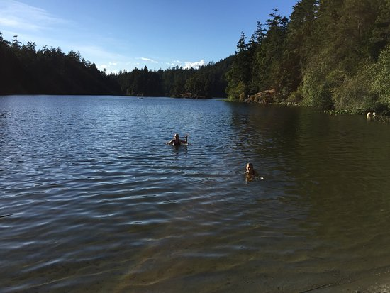 Sooke, Kanada: Lake swimming from the small beach