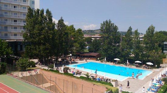 Grand Hotel Berti: Piscina con vista sull'hotel President (stesso complesso)
