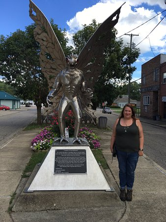 Point Pleasant, Wirginia Zachodnia: Me at the Mothman Statue outside of the museum.