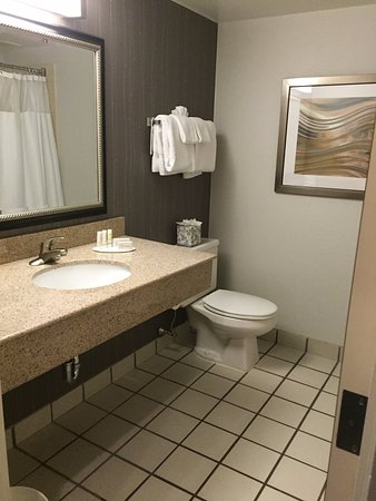 Cromwell, CT: Spacious, bright bathroom (tub shower combo)
