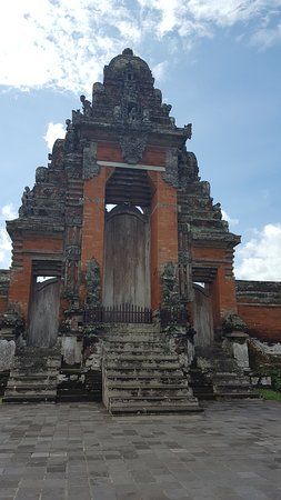 Mengwi, Indonesia: Main gate to inside the temple...Private