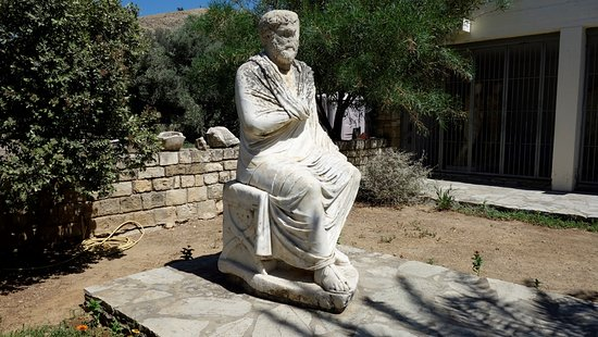 Heraklion Prefecture, Grecja: statua antistante al museo