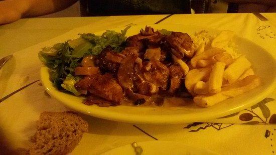 Taverna Stefanos: Κοτοπουλο με μπεικον σερβιρισμενο με πατατες τηγανιτες!