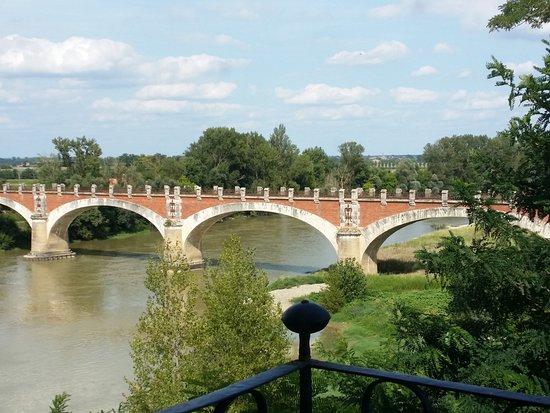 Midi-Pirenei, Francia: Travessia do rio para ter acesso ao mosteiro