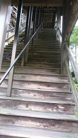 Chonan-machi, Japón: 木の急な階段はちょっと怖い
