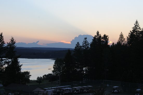 108 Mile Ranch, Canada: Sunset from our balcony looking over 108 Mile Lake