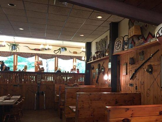 Longhorn Palace: Interior do restaurante, decoração tipica
