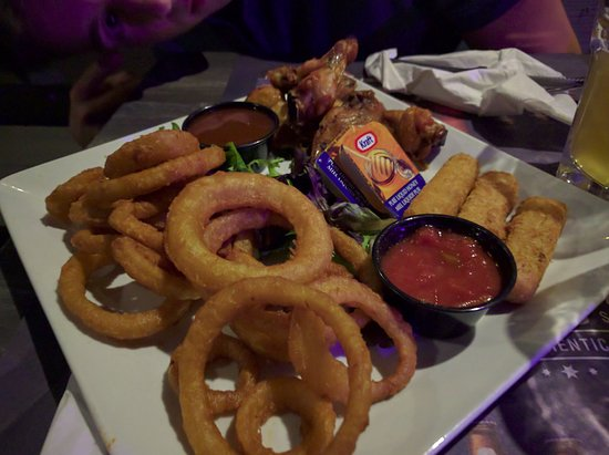 Longueuil, แคนาดา: Meli-Melo (chicken wings, onion rings, cheese sticks)
