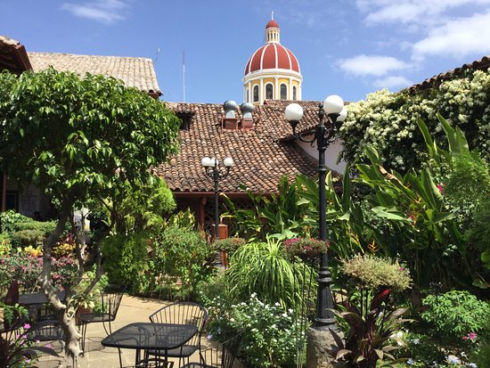 La Gran Francia: Outdoor courtyard for dining or dessert.