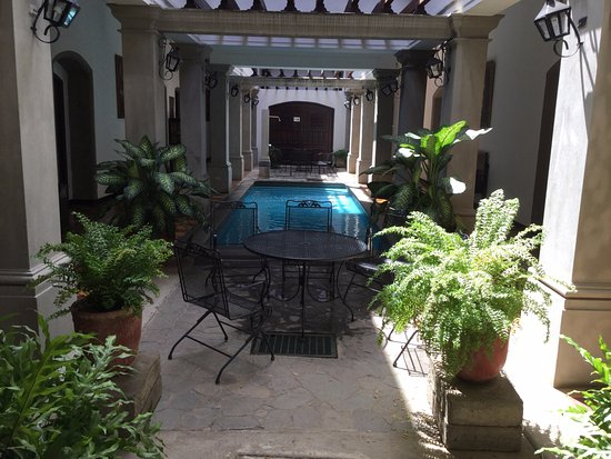 La Gran Francia: Last time we stayed in the building with the Nicaraguan flare! Loved this pool and sitting area.