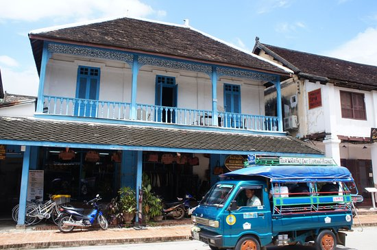 Old Quarter Luang Prabang: 建物と乗合自動車