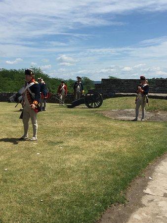 Ticonderoga, estado de Nueva York: Re-enactment of Revolutionary army march and canon fire