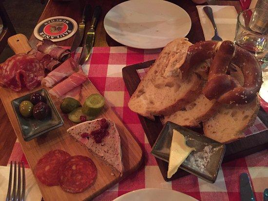Richmond, Austrália: Delicious Groupon banquet (mains and entrée platter).