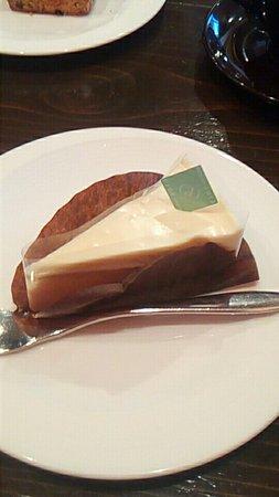 Kasugai, Japan: 外観とチーズケーキ