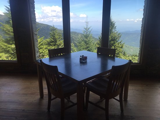 Burnsville, NC: Inside restaurant - spectacular views of the Great Smokey Mts