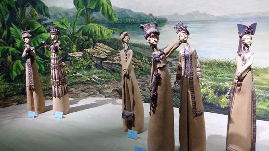 Zibo, Κίνα: Whimsical ladies out at the beach