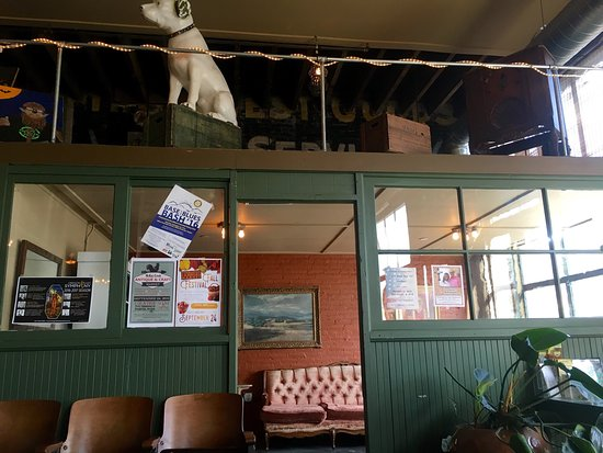 Pendleton, OR: Great beer, good food, dog friendly, nice kids play area, neat ambiance.
