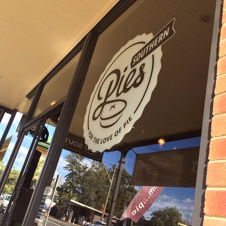 Kangaroo Valley, Australia: sitting at the front of the pie shop