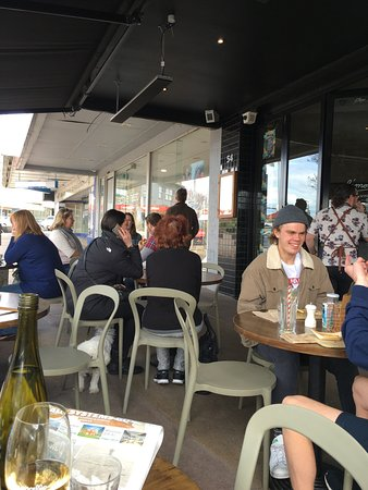 Sandringham, Australia: Outside on the sidewalk in front of cafe