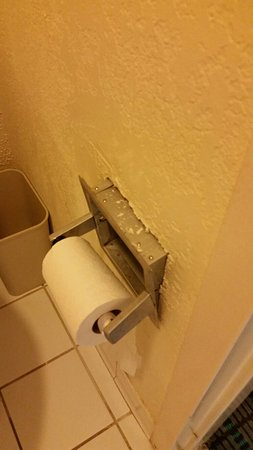 Dillon, Güney Carolina: Toilet paper holder coming out of wall.  Gross stains on our sheets and a VERY crooked clothing