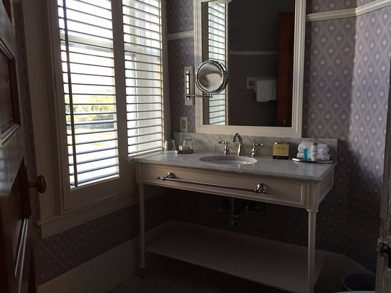 Omni Mount Washington Resort: 1/2 bath