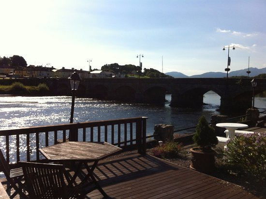 Killorglin, Irlanda: morning view of river/ bridge