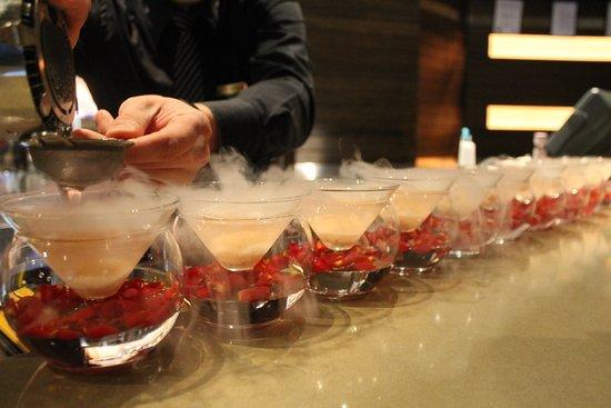 โกลด์โคสต์, ออสเตรเลีย: Smoking Lychee and Rose Syrup Cocktails
