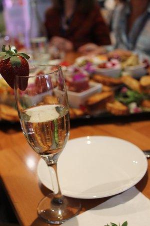 โกลด์โคสต์, ออสเตรเลีย: Sparkling wine and antipasti