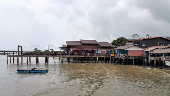 Lanta Old Town: fisherman area, house floating on the sea