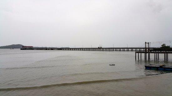 Lanta Old Town: long bride along the sea
