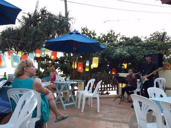 Phra Nang Inn: Happy Hour con una excelente cantante