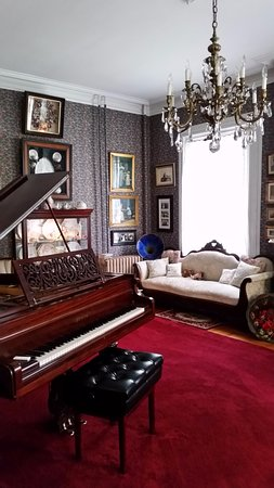Bellinger Rose Bed & Breakfast : Drawing room with Grand piano wired for automatic playing.
