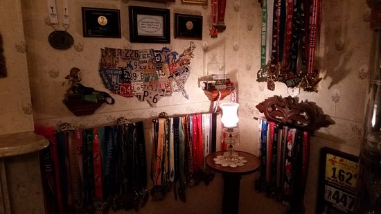 Herkimer, estado de Nueva York: Trophy corner with dozens of winning half-marathon medals.