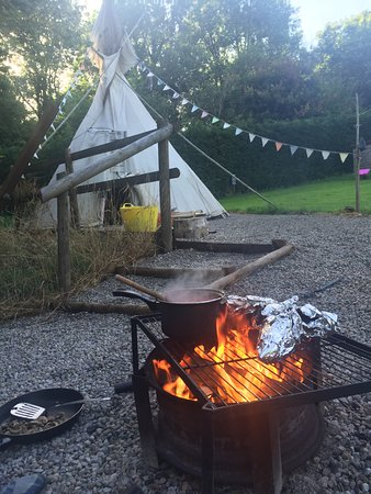 Brecon, UK: Smoking food on the fire pit outside the tipi. Fantastic.