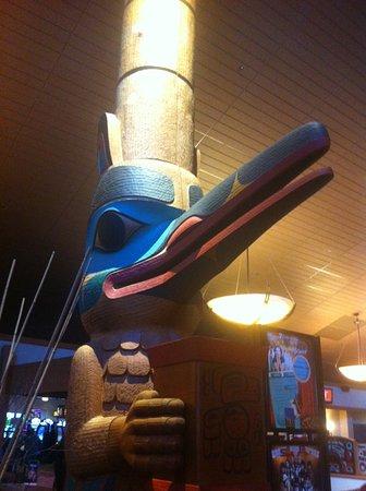 Sequim, Вашингтон: Lobby totem, beautiful carving