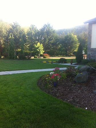 Sequim, WA: Lovely gardens, ample parking behind