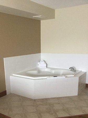 Four Points by Sheraton Victoria Gateway: Jacuzzi in the room next to the bed