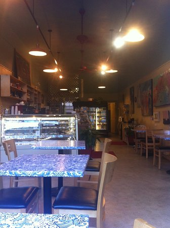 Lehani's Deli and Coffee House: Blue/white marble tables and deli atmosphere