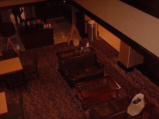 Chester, VA: Looking down from floor 2 into breakfast area