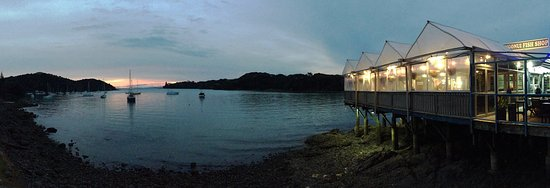Mangonui, Neuseeland: View of the restaurant exterior and view from the restaurant at dusk