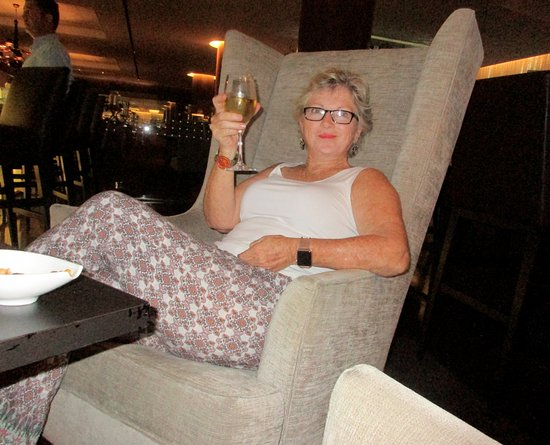 Lobby Bar at Sheraton Lisboa Hotel & Spa: Chilling with a glass of chilled wine