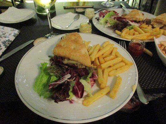 Lobby Bar at Sheraton Lisboa Hotel & Spa: We split a hamburger and fries