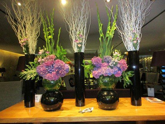 Lobby Bar at Sheraton Lisboa Hotel & Spa: Lobby flowers
