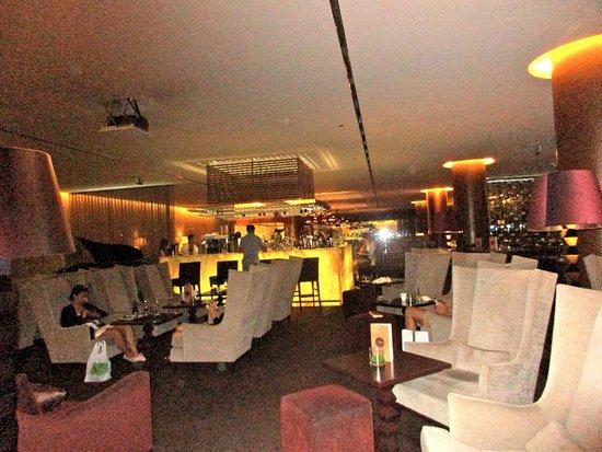 Lobby Bar at Sheraton Lisboa Hotel & Spa: Bar area with comfortable chairs